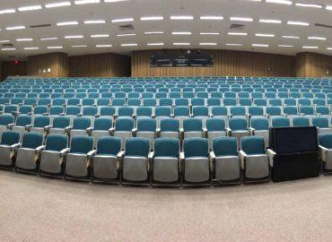 Ein großer, leerer Hörsaal in einer Universität.