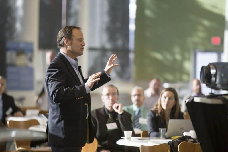 Ein Mann im Anzug halt einen Vortrag auf einer geschäftlichen Konferenz.