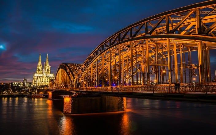 Hohenzollernbrücke und Kölner Dom beleuchtet bei Nacht